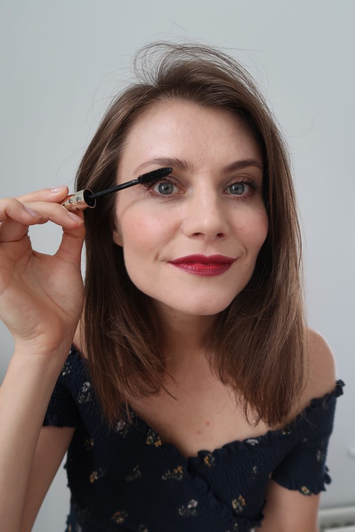 Ewa from SocialBeautify applying mascara from Clarins Autumn 2018 makeup collection